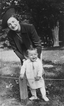 """<p><a href=""""/narrative/9190"""">Selma Schwarzwald</a> with her mother, Laura, in Lvov, Poland, September 1938.</p>"""