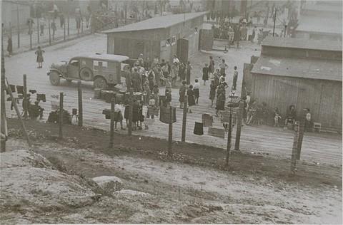 <p>Survivants, soldats américains, et personnels de la Croix-Rouge au camp de concentration de Mauthausen. Mauthausen, Autriche, après le 5 mai 1945.</p>