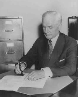 <p>Empat hari setelah Perang Dunia II meletus, Menteri Luar Negeri Cordell Hull menandatangani Undang-Undang Netralitas (pertama kali ditandatangani oleh Presiden Franklin D. Roosevelt) di Kementerian Luar Negeri. Washington, DC, Amerika Serikat, 5 September 1939.</p>