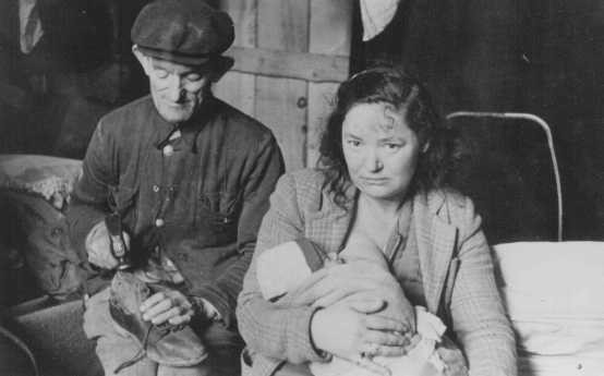 <p>Réfugiés juifs dans le camp de personnes déplacées de Feldafing. Allemagne, après 1945.</p>