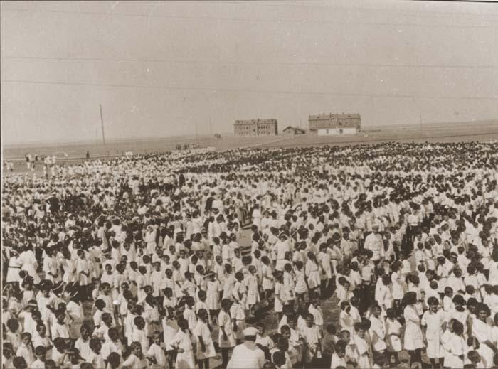 <p>مجموعة من أطفال الأرمن يبلغ عددهم 1500 طفل في مخيم لاجئين تابع لمنظمة إغاثة الشرق الأدنى في الكسندروبوليس. اليونان، 1921-1922.</p>