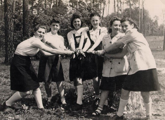 Regina (third from left) with friends while at the Dueppel displaced persons camp. [LCID: gelb20]