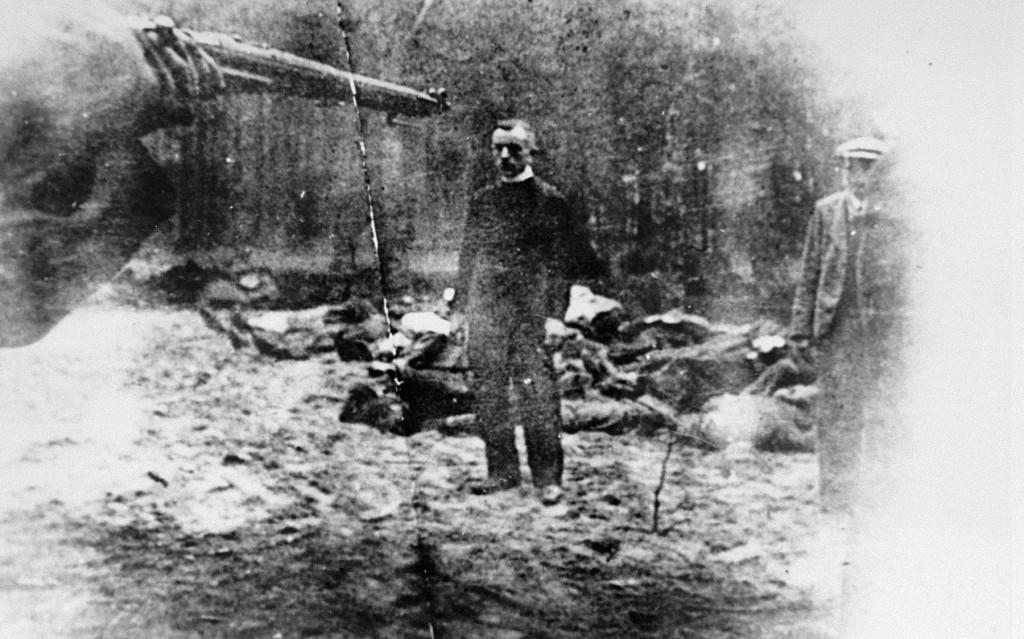 <p>German soldiers execute Piotr Sosnowski, a priest from Tuchola. Piasnica Wielka, Poland, 1939.</p>