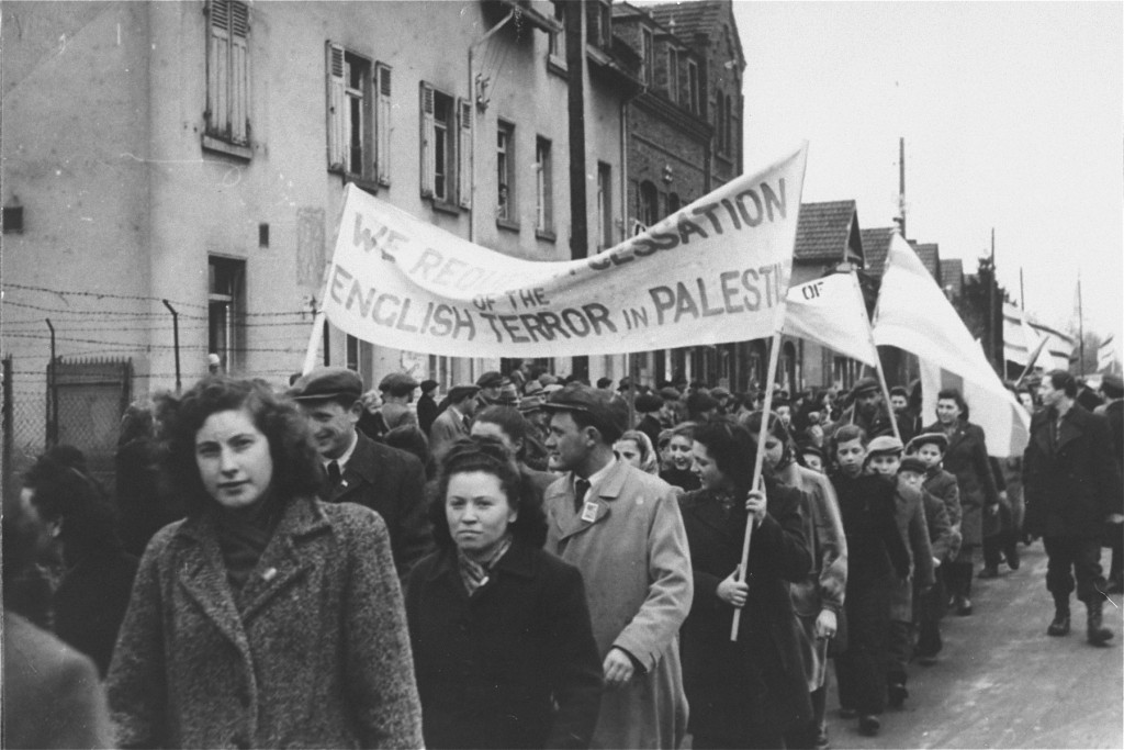 "<p>Jewish refugees protest British immigration policy in Palestine. <a href=""/narrative/35426/en"">Zeilsheim</a> displaced persons camp, Germany, between 1945 and 1948.</p>"