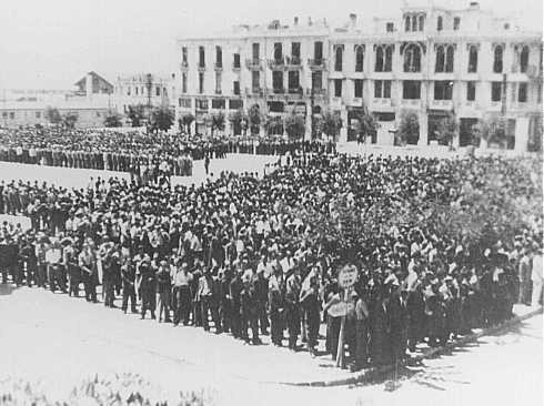 Some 7,000 Jewish men ordered to register for forced labor assemble in Liberty Square in German-occupied Salonika. [LCID: 33097]