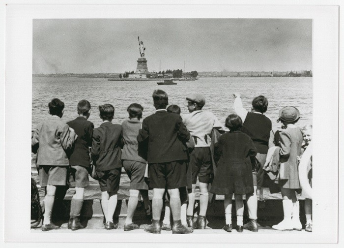 "<p>Children aboard the President Harding look at the Statue of Liberty as they pull into New York harbor. They were brought to the United States by <a href=""/narrative/11830/en"">Gilbert and Eleanor Kraus</a>. New York, United States, June 1939.</p>"
