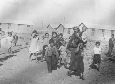 <p>النساء والأطفال من الروما (الغجر) المعتقلون في محتشد ريفيسالت الانتقالي. فرنسا، ربيع عام 1942.</p>