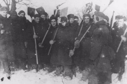 <p>مجموعة من عمال السخرة تتكون من سجناء الحرب اليهود الذين ينتمون إلى الجيش البولندي. ماجدبورج، ألمانيا، عام 1940.</p>