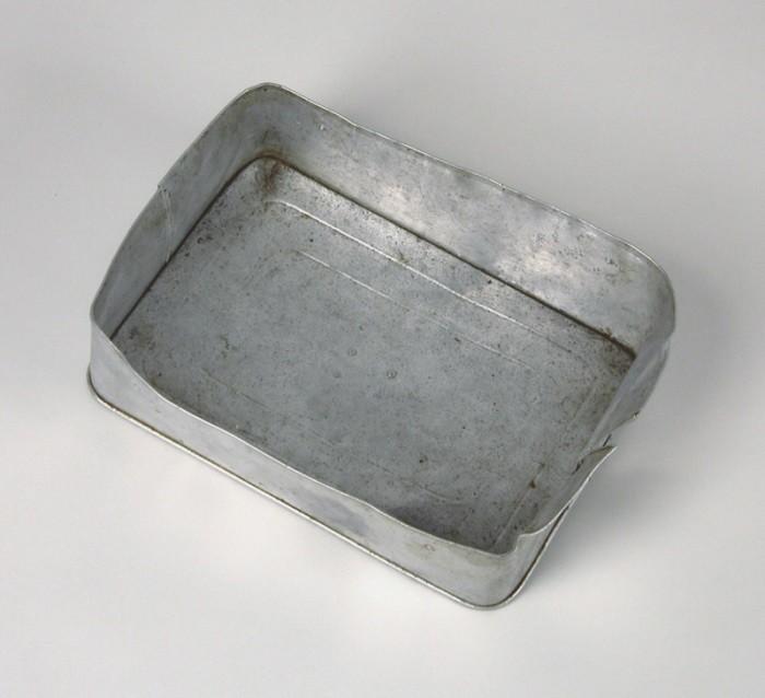 Aluminiowa pokrywa pojemnika na żywność używana przez węgierską rodzinę żydowską w pociągu Kasztner. [LCID: n09725]