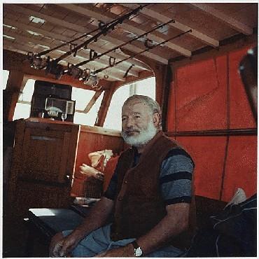 """<p>ارنست همینگوی بر عرشه قایق خود، """"پیلار""""، حدود سال 1950.</p>"""