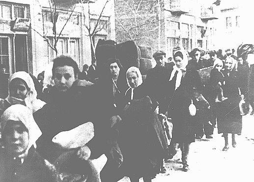 <p>Judíos arrestados para su deportación en la Macedonia ocupada por los búlgaros. Las autoridades búlgaras detenían a los judíos primero en un campo en Skopje y luego los deportaban al campo de exterminio de Treblinka, situado en la Polonia ocupada por los alemanes. Macedonia, marzo de 1943.</p>