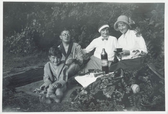 Fritz Glueckstein (left) on a picnic with his family in Berlin, Germany, 1932. [LCID: 58276]