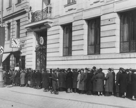 <p>Jews seeking emigration visas line up in front of the Polish consulate in Vienna. Austria, March 22, 1938.</p>