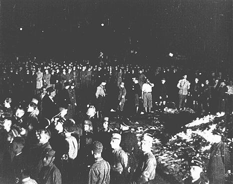 """<p>""""Alman olmadığına"""" kanaat getirilen kitapların yakılması için Berlin Opera Meydanı'nda toplanmış öğrenci kalabalığı ve SA subayları. 10 Mayıs 1933, Berlin, Almanya.</p>"""
