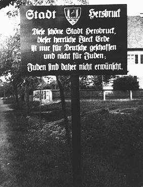 """<p>Вывеска при въезде в город на севере Баварии: """"Город Херсбрук. Прекрасный город Херсбрук, этот славный уголок земли, построен только для немцев, а не для евреев. Поэтому евреи здесь нежелательны"""". Херсбрук, Германия, 4 мая 1935 года.</p>"""