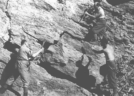 <p>عمال السخرة اليهود في المحجر الموجود بأحد محتشدات العمل الشاق الذي أنشأته الحكومة المجرية. توكاج، المجر، عام 1940.</p>