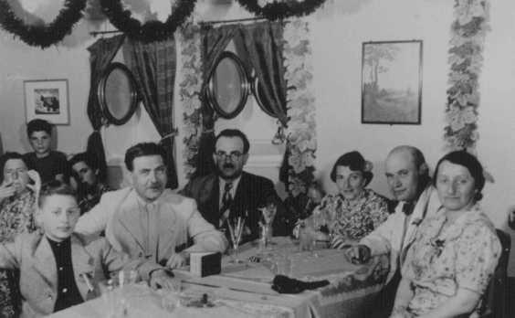 """<p>پناهندگان یهودی به کشتی پناهندگان """"سنت لوئیس"""" سوار میشوند. در شاب ۱۹۳۹، ورود کشتی به کوبا و ایالات متحده  رد شد. آلمان، سال ۱۹۳۹.</p>"""