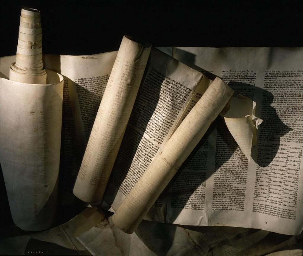 "<p>Gulungan Taurat ini, satu gulungan berasal dari sebuah sinagoge di Wina dan gulungan lainnya dari Marburg, dinodai saat kejadian Kristallnacht (""Malam Kaca Pecah""), yaitu pogrom anti-Yahudi yang diwarnai kekerasan pada 9 dan 10 November 1938. Pogrom tersebut terjadi di seluruh Jerman, yang waktu itu termasuk Austria dan wilayah Sudetenland di Cekoslovakia. Gulungan yang digambarkan di sini diselamatkan oleh individu Jerman dan diamankan hingga setelah perang.</p>"