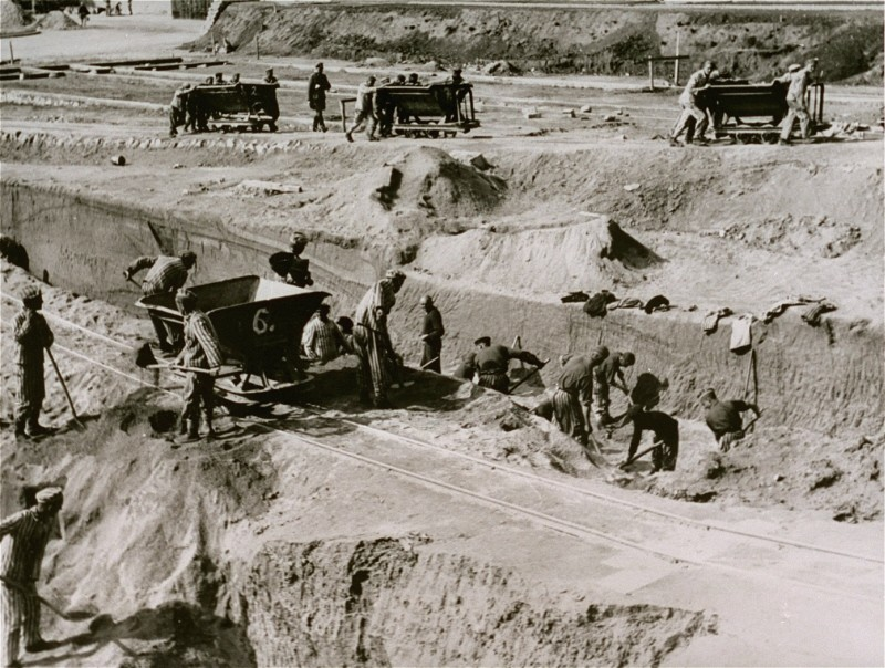 """<p>Forced labor in the quarry of the <a href=""""/narrative/11258/en"""">Mauthausen</a> concentration camp. Austria, date uncertain.</p>"""