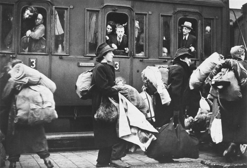 <p>تبعید یهودیان به ریگا، لتونی. بیلفلت، آلمان، 13 دسامبر 1941.</p>