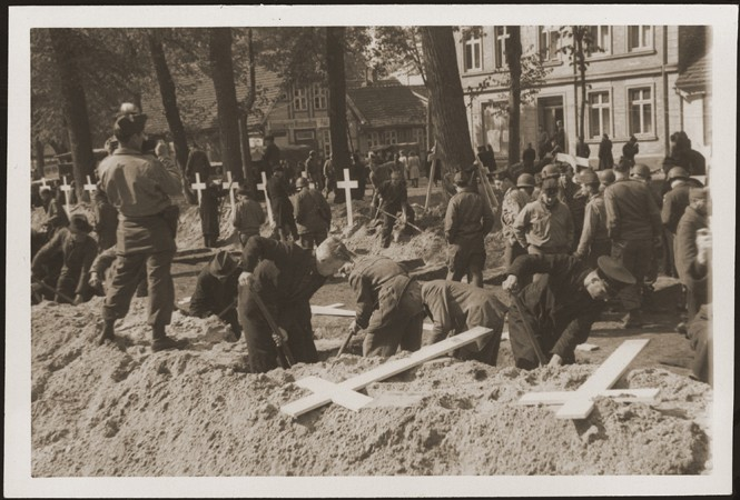 """<p>After the liberation of the <a href=""""/narrative/7988/en"""">Wöbbelin</a> camp, US troops forced the townspeople of Ludwigslust to bury the bodies of prisoners killed in the camp. Germany, May 7, 1945.</p>"""