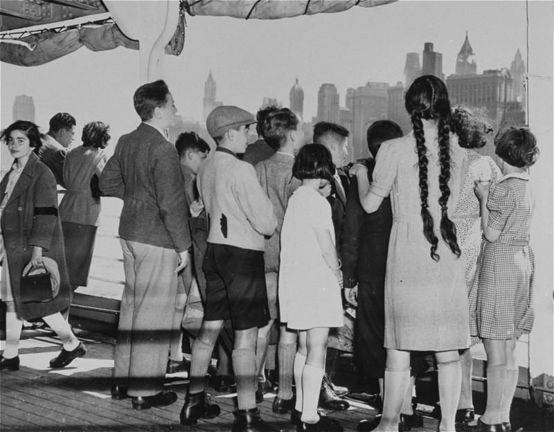 <p>Groupe d'enfants réfugiés juifs allemands arrivant à New-York. New-York, Etats-Unis, 3 juin 1939.</p>