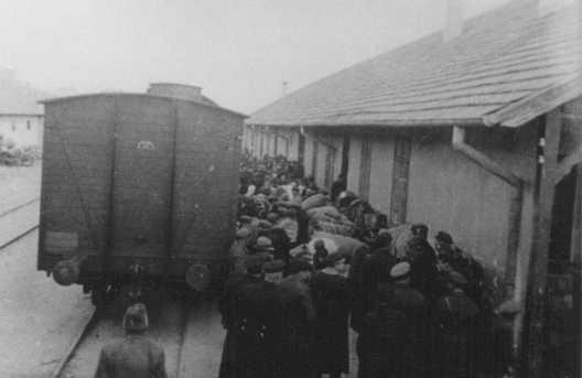 <p>Déportation de Juifs par les autorités bulgares d'occupation. Skopje, Yougoslavie, mars 1943.</p>