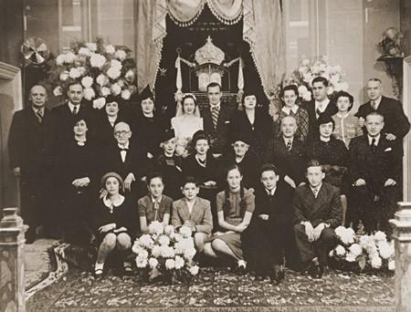 <p>Gelin ve damat, Laura Uziel ve Saul Amarillo (ortada), evlilik törenlerinde geniş aileleri ile fotoğraf çektiriyor. Selanik, Yunanistan, 1938.</p>
