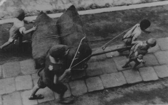 <p>Jewish children forced to haul a wagon. Lodz ghetto, Poland, wartime.</p>
