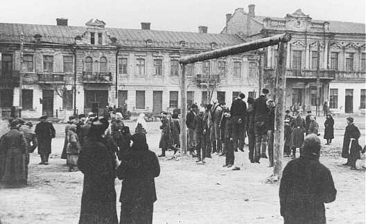 <p>Polish partisans are hanged by the Nazis. Rovno, Poland, 1942.</p>
