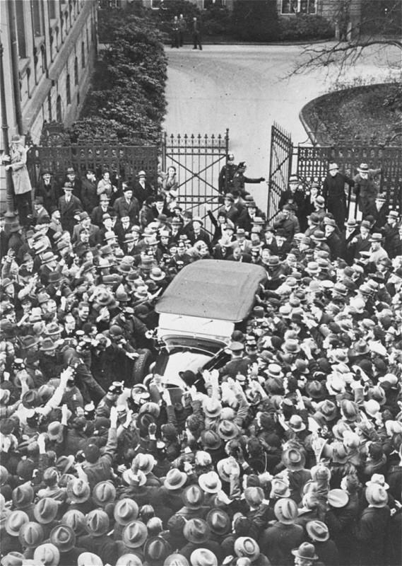 <p>Ένα πλήθος Γερμανών επευφημεί τον Αδόλφο Χίτλερ καθώς το αυτοκίνητο στο οποίο επιβαίνει, αποχωρεί από την Καγκελαρία του Ράιχ μετά από τη συνάντησή του με τον πρόεδρο Paul von Hindenburg. Βερολίνο, Γερμανία, 19 Νοεμβρίου 1932.</p>