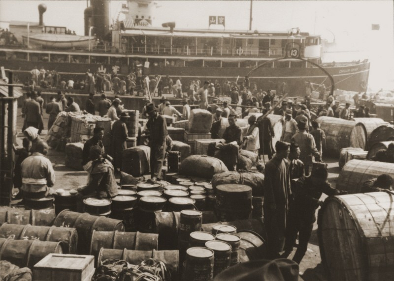 "<p>German Jewish refugees disembark in the port of <a href=""/narrative/9660/en"">Shanghai</a>, one of the few places without visa requirements. Shanghai, China, 1940.</p>"