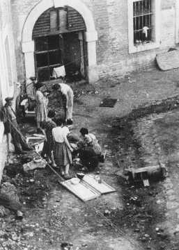<p>Preparation of food outside a barracks in Theresienstadt. Photograph taken after liberation. Theresienstadt, Czechoslovakia, June–August 1945. </p>