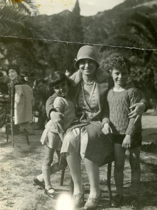 <p>Terese Cohen, a Tunisian Jewish women, poses with her two children, Nadia and Marcel.</p>