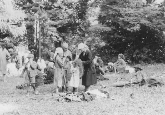 <p>Jews who were expelled from Romania to Hungary eat in an open field. Skala, Hungary, July-August 1941.</p>