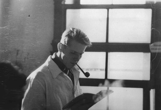 """<p>Christoph Probst lorsqu'il était étudiant en médecine. Membre du mouvement estudiantin d'opposition """"la Rose blanche"""" à Munich, il fut arrêté avec Hans et Sophie Scholl, condamnés par le Volksgerichtshof (Tribunal du peuple) et exécutés le 22 février 1943. Munich, Allemagne, vers 1940.</p>"""