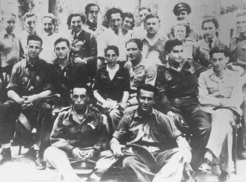 Grupa żydowskich spadochroniarzy pod dowództwem brytyjskim, w tym Haviva Reik (w środku), który został wysłany na Słowację. [LCID: 83746]
