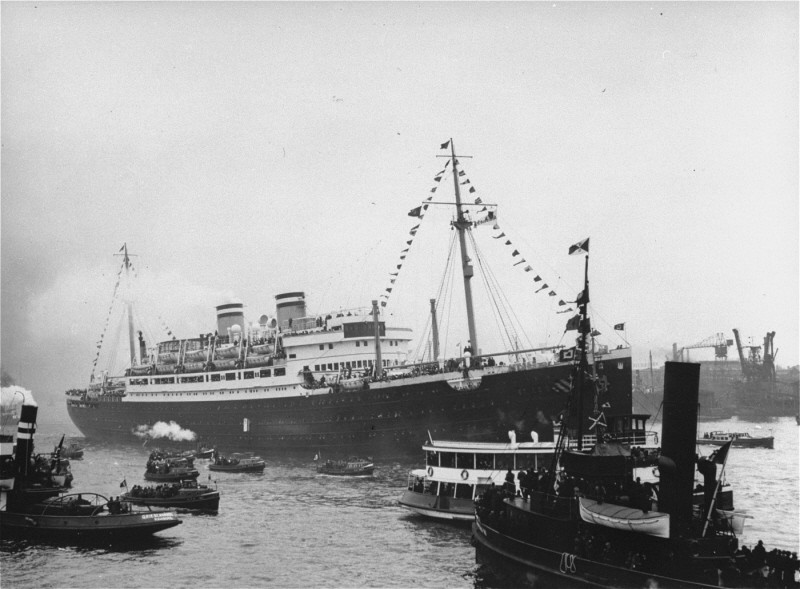 "The ""St. Louis,"" carrying more than 900 Jewish refugees, waits in the port of Hamburg. [LCID: 88358]"