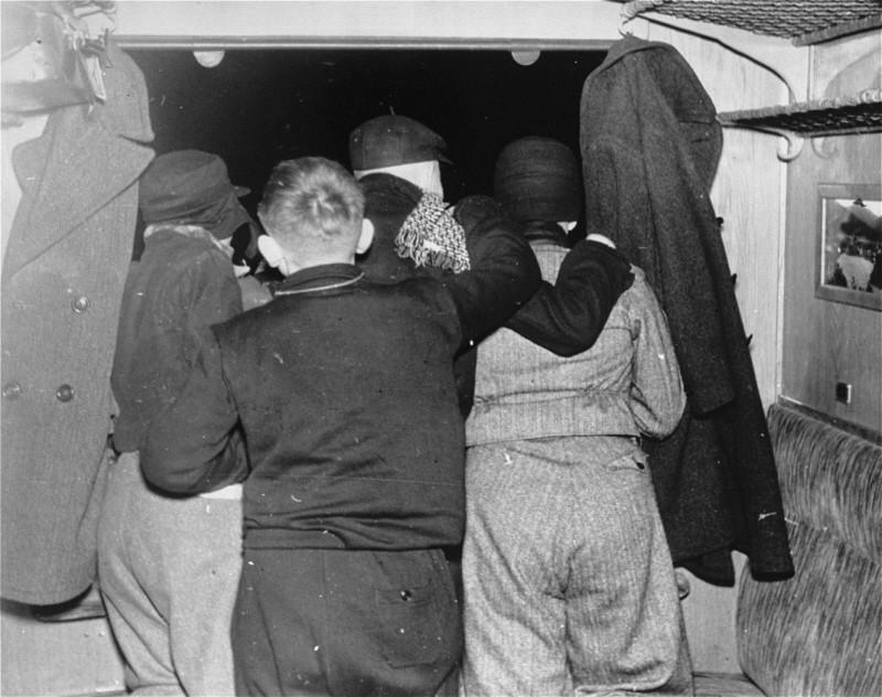<p>Enfants juifs réfugiés regardant à travers la fenêtre du train au moment de se séparer de leurs parents. Gare de Schlesischen, Berlin, Allemagne, 12 février 1938.</p>