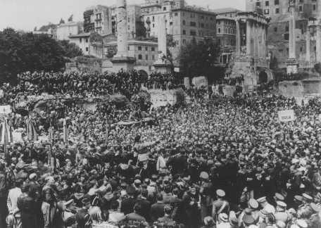 <p>Miles de personas reunidas en el Foro Romano para escuchar un discurso del líder fascista italiano Benito Mussolini. Roma, Italia, 12 de abril de 1934.</p>