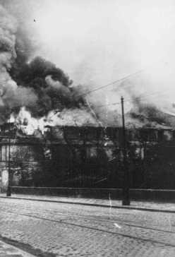 A building burns to the ground during the Warsaw ghetto uprising. [LCID: 80093]