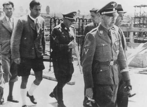 "<p>SS chief <a href=""/narrative/10813/en"">Heinrich Himmler</a> (right) during a visit to the Auschwitz camp. Poland, July 18, 1942.</p>"