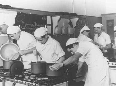 <p>Pre-emigration training: young Jews in a cooking class in the Theodor Herzl School sponsored by the Jewish community. Berlin, Germany, between 1930 and 1939.</p>