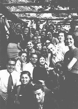 <p>Reunión de jóvenes judíos en Rodas. Rodas, entre 1940 y 1944.</p>
