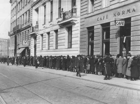 <p>Jews wait at Polish Consulate for entrance visas to Poland after Germany's annexation of Austria. Vienna, April 1938.</p>