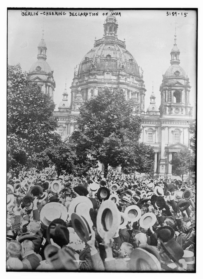 A crowd in front of the Berlin Cathedral (Berliner Dom) cheers the declaration of World War I.