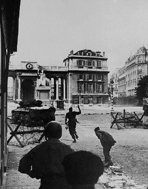 <p>Men of the 2nd French Armored Division attack the Chamber of Deputies, one of the last German stongholds, during the battle to liberate the French capital. Paris, France, August 1944.</p>