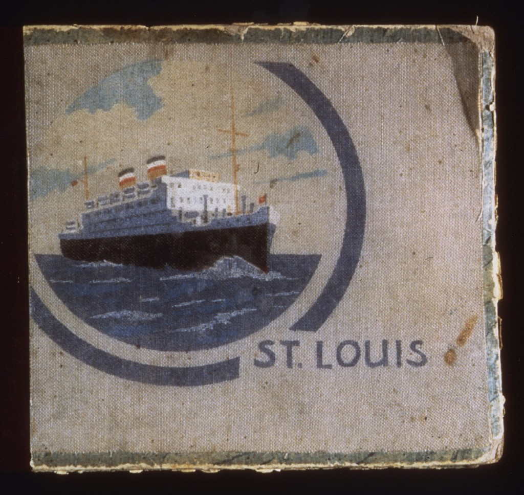 """<p>Album foto ini berisikan foto-foto yang diambil oleh seorang penumpang kapal """"St. Louis,"""" dengan gambar kapalnya pada sampul. Pada tahun 1939, kapal samudra Jerman tersebut mengangkut para pengungsi Yahudi yang mencari suaka sementara di Kuba. Kapal tersebut terpaksa berlayar kembali ke Eropa setelah Kuba menolak memberikan izin masuk kepada para pengungsi tersebut.</p>"""