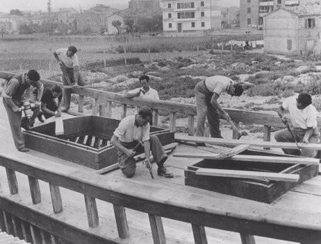 """<p>Jóvenes judíos construyen un barco de pesca en el centro de entrenamiento sionista """"HaRishona"""" (El primero). Se preparan para emigrar a Palestina. Fano, Italia, 1946.</p>"""