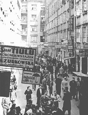 <p>منطقة تجارية في شارع نالفكي في الحي اليهودي بوارصوفيا. بولندا. 1938.</p>